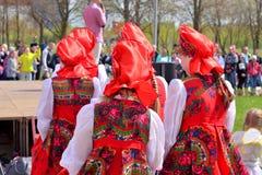 Группа в составе женщины в национальных русских костюмах Стоковое Изображение RF