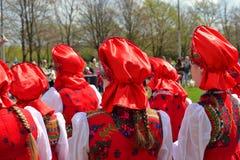 Группа в составе женщины в национальных русских костюмах Стоковые Фотографии RF