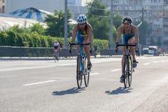 Группа в составе женщины на велосипедах Стоковые Фото