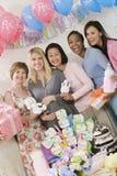 Группа в составе женщины на детском душе стоковые фотографии rf