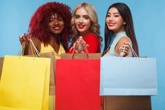 Группа в составе женщины на покупках на черном празднике пятницы стоковая фотография rf