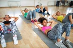 Группа в составе женщины на тренировке фитнеса стоковые изображения rf