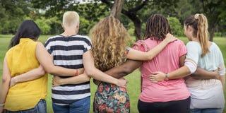 Группа в составе женщины общается концепция счастья сыгранности стоковое фото rf