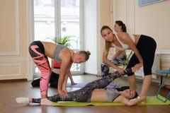 Группа в составе женщины практикуя протягивая совместно Стоковое Фото
