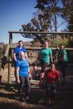 Группа в составе женщины пригонки ослабляя совместно в лагере ботинка Стоковое Фото