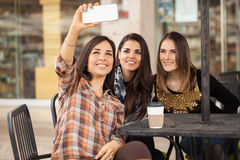 Группа в составе 3 женщины принимая selfie Стоковое фото RF