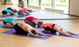 Группа в составе женщины протягивая в спортзале Стоковые Изображения RF