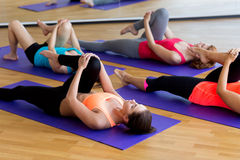Группа в составе женщины протягивая в спортзале Стоковые Фотографии RF