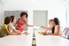 Группа в составе женщины работая совместно в студии дизайна Стоковые Изображения RF
