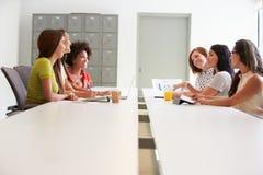 Группа в составе женщины работая совместно в студии дизайна Стоковые Фотографии RF
