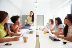 Группа в составе женщины работая совместно в студии дизайна Стоковое фото RF
