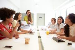 Группа в составе женщины работая совместно в студии дизайна Стоковое Фото