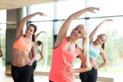 Группа в составе женщины разрабатывая в спортзале Стоковые Изображения RF