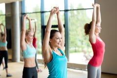 Группа в составе женщины разрабатывая в спортзале Стоковая Фотография RF