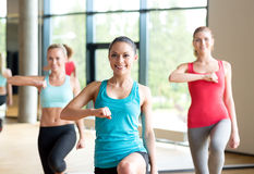 Группа в составе женщины разрабатывая в спортзале Стоковое Изображение RF