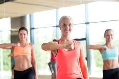 Группа в составе женщины разрабатывая в спортзале Стоковая Фотография