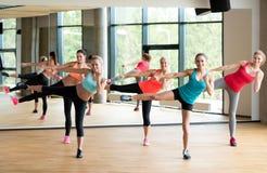 Группа в составе женщины разрабатывая в спортзале Стоковые Фото