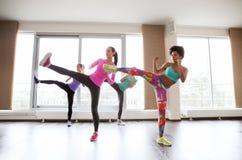 Группа в составе женщины разрабатывая и воюя в спортзале Стоковые Фото
