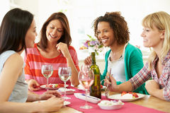 Группа в составе женщины сидя вокруг таблицы есть десерт Стоковая Фотография RF