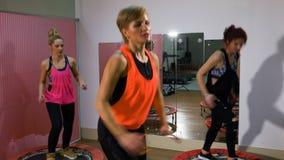 Группа в составе женщины скача на батуты на фитнес-клубе сток-видео
