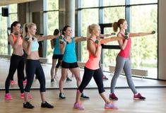 Группа в составе женщины с гантелями в спортзале Стоковое Фото