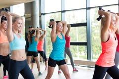 Группа в составе женщины с гантелями в спортзале Стоковые Изображения RF
