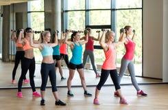 Группа в составе женщины с гантелями в спортзале Стоковое фото RF