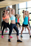 Группа в составе женщины с гантелями в спортзале Стоковые Фотографии RF