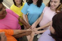 Группа в составе женщины с руками совместно стоковое изображение rf