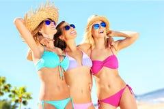 Группа в составе женщины указывая на что-то на пляже Стоковая Фотография