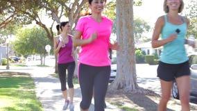 Группа в составе женщины Jogging вниз с городской улицы сток-видео