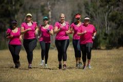 Группа в составе женщины jogging совместно в лагере ботинка стоковые изображения rf