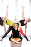 Группа в составе женщины yogi практикуя йогу в классе Стоковые Фото