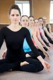 Группа в составе 5 женщин yogi сидя в sukhasana Стоковое Изображение RF