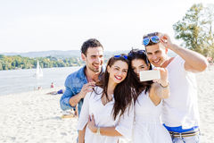 Группа в составе жизнерадостное и красивое молодые люди принимая фото th Стоковые Изображения