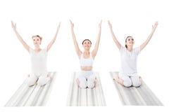 Группа в составе жизнерадостные женщины практикуя йогу на циновках йоги Стоковые Фотографии RF