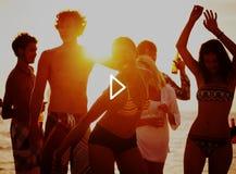 Группа в составе жизнерадостные люди Partying на пляже Стоковые Фотографии RF