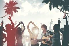 Группа в составе жизнерадостные люди Partying на пляже Стоковая Фотография