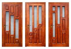 Группа в составе закрытые деревянные входные двери на белизне с путями Стоковое Изображение RF