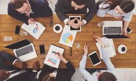 Группа в составе занятые бизнесмены встречая в офисе, взгляд сверху стоковые фотографии rf