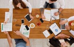 Группа в составе занятые бизнесмены работая в офисе, взгляд сверху стоковое фото rf