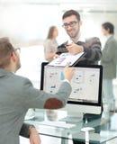 Группа в составе занятые бизнесмены работая в офисе Стоковые Изображения RF