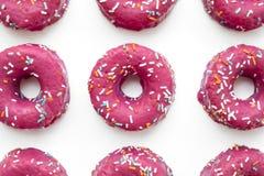 Группа в составе застекленные розовые donuts на голубой предпосылке Стоковое Изображение