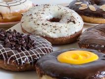 Группа в составе застекленные donuts на белой предпосылке Стоковые Изображения RF