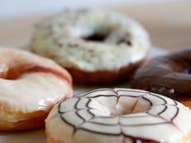 Группа в составе застекленные donuts на белой предпосылке Стоковая Фотография RF