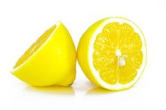 Группа в составе зрелые все желтые цитрусовые фрукты лимона с плодоовощ лимона половинным на белой предпосылке с путем клиппирова Стоковые Изображения RF