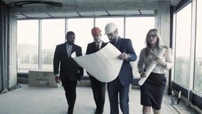 Группа в составе дизайнеры представляет их проект обеспечивает эти размеры офиса к клиенту акции видеоматериалы