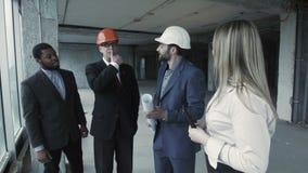Группа в составе дизайнеры представляет их проект обеспечивает эти размеры офиса к клиенту видеоматериал