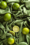 Группа в составе известки всех и отрезка свежие на зеленой сатинировке Стоковые Фото