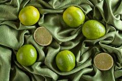 Группа в составе известки всех и отрезка свежие на зеленой сатинировке Стоковое Изображение RF
